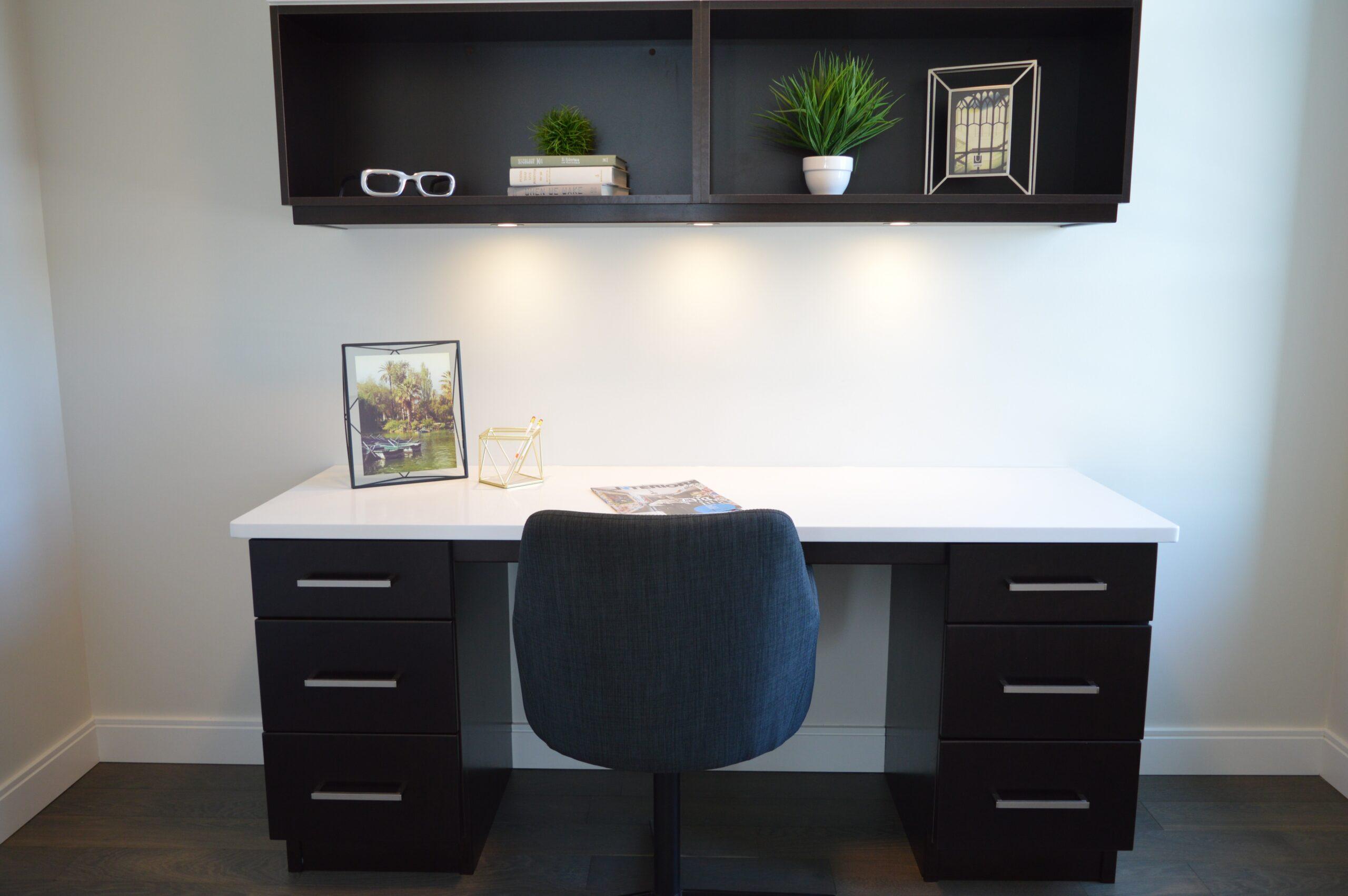 Optimer indretningen derhjemme med et væghængt skrivebord eller skillevægge fra Daily-Living.dk